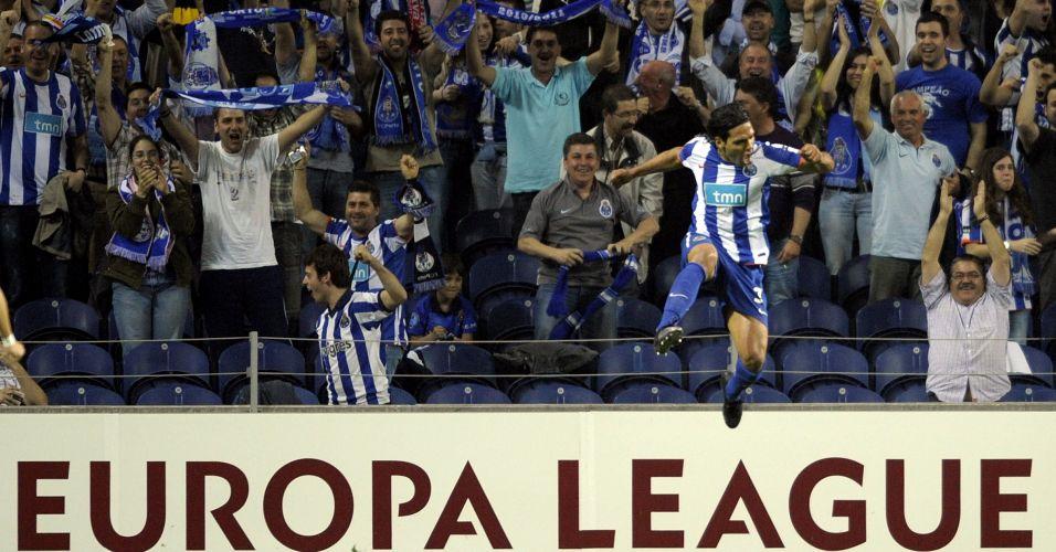Colombiano Falcao Garcia comemora com a torcida do Porto após marcar o primeiro do clube português diante do Spartak Moscou no estádio do Dragão pela Liga Europa
