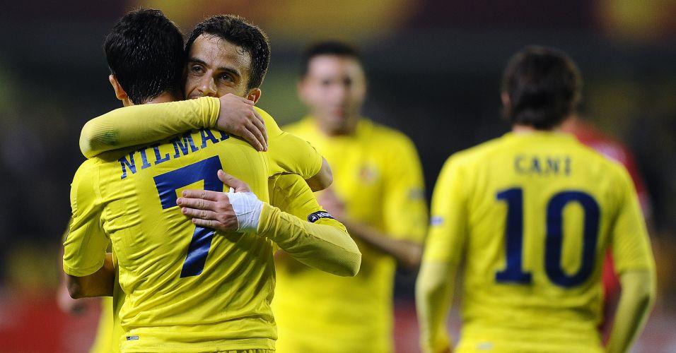Nilmar é abraçado pelo italiano Giuseppe Rossi após marcar na goleada do Villarreal por 5 a 1 sobre o Twente