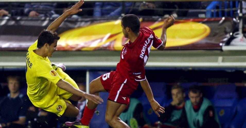 Nilmar entra em dividida com Rosales na goleada do Villarreal por 5 a 1 sobre o Twente pela Liga Europa