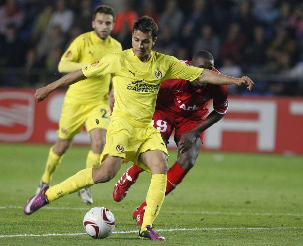 Nilmar chuta para marcar o quinto gol na vitória do Villarreal por 5 a 1 sobre o Twente pela Liga Europa