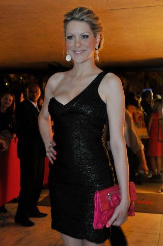 Elegante com vestido preto, Renata Fan posa para os fotógrafos antes de evento em São Paulo; a apresentadora, advogada e ex-modelo é noiva do piloto de Stock Car Átila Abreu