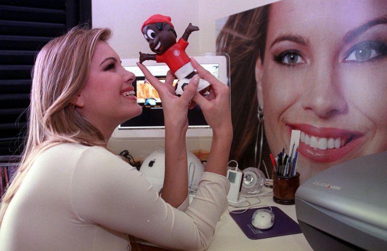 Renata Fan brinca com mascote do Inter. Fanatismo pelo clube colorado veio do pai; a apresentadora, advogada e ex-modelo é noiva do piloto de Stock Car Átila Abreu