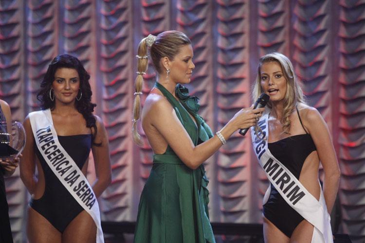 Renata Fan entrevista candidatas do concurso de Miss Brasil, em 2009. Apresentadora ganhou o concurso em 1999