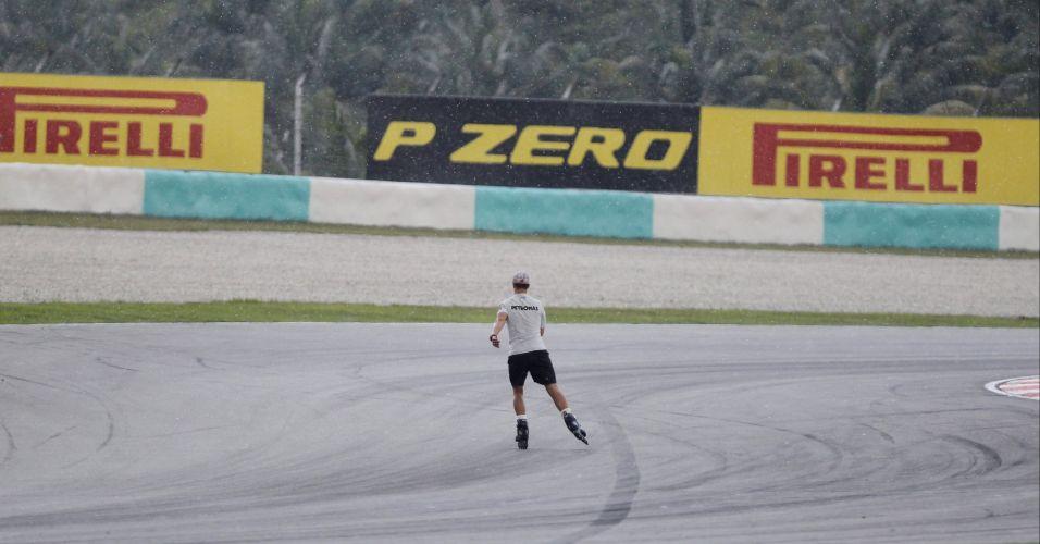 Michael Schumacher passeia com patins pela pista de Sepang antes dos treinos livres para o Grande Prêmio da Malásia