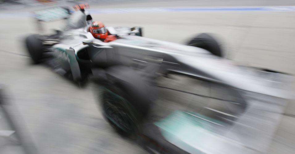 Michael Schumacher exibe bom desempenho em Sepang e fica em terceiro na primeira sessão de treinos livres