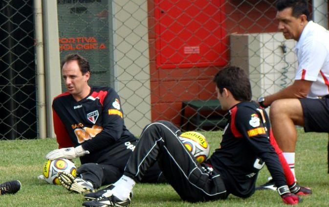 Rogério Ceni e seu reserva Denis conversam durante treino no CT da Barra Funda