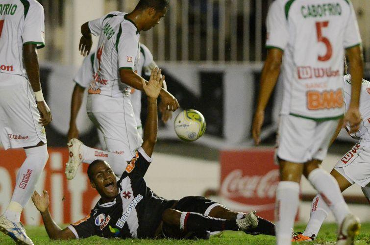Dedé cai no gramado e reclama de falta; Vasco foi surpreendido e só garantiu a vitória sobre a Cabofriense por 2 a 1 no fim da partida