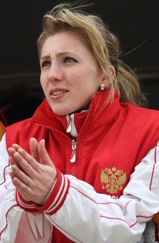 Com uma jaqueta, a bela loira acompanha o Mundial de motocross na Bulgária. A competição reúne os melhores do mundo no esporte e várias beldades nos bastidores.