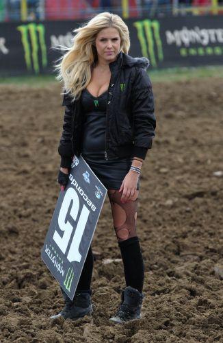 Grid girl do Mundial de motocross esbanja sensualidade com sua meia rasgada. A loira é responsável pelas plaquinhas que sinalizam a largada para os competidores.