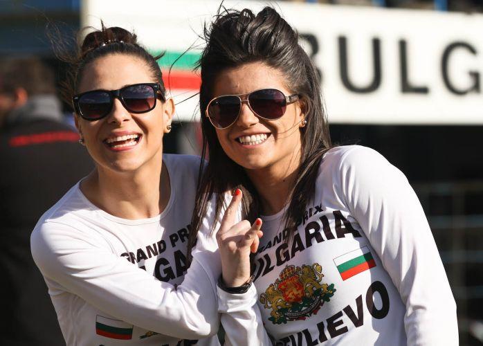 Com camisas da Bulgárias, belas modelos posam para o fotógrafo no Mundial de motocross, que acontece no país do Leste Europeu.