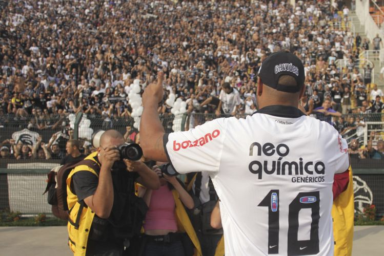 Atacante Adriano é saudado pela torcida do Corinthians no Pacaembu