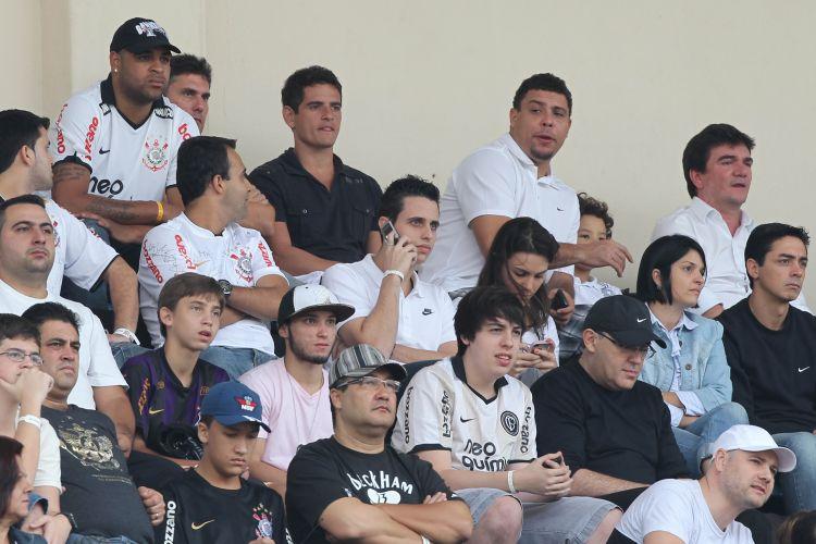 Adriano assiste à partida ao lado de Ronaldo no Pacaembu