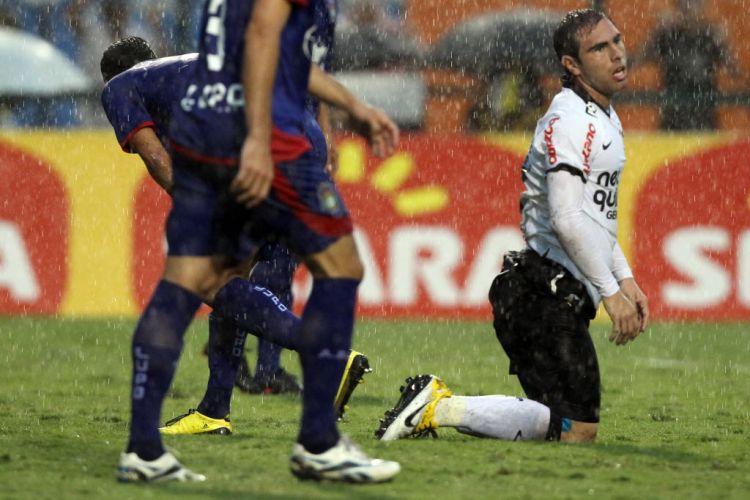 De joelhos, Bruno César lamenta uma jogada errada do Corinthians. O time alvinegro, que apresentou Adriano à torcida, foi derrotado em casa pelo São Caetano.