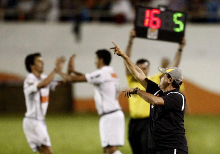 Muricy Ramalho fala com seus novos comandados enquanto, ao fundo, Paulo Henrique Ganso entra em campo para tentar evitar o 0 a 0 contra o Americana. A substituição não surtiu efeito e o time da Vila empatou na estreia do novo técnico.