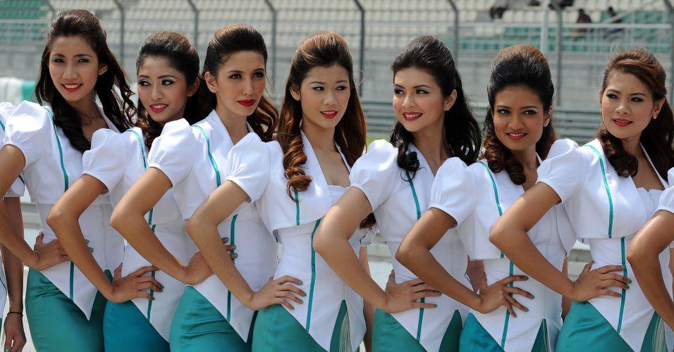 Sem ousadia nas roupas, grid girls da Malásia posam para fotos antes da largada para o GP local no circuito de Sepang