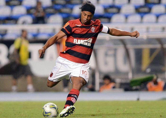 Ronaldinho Gaúcho arrisca chute a gol no duelo entre Botafogo e Flamengo