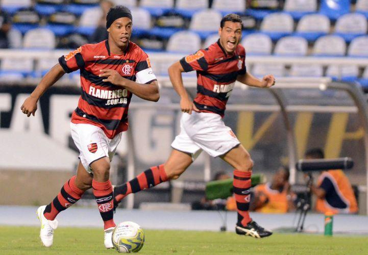 Ronaldinho Gaúcho arma ataque do Flamengo no clássico contra o Botafogo