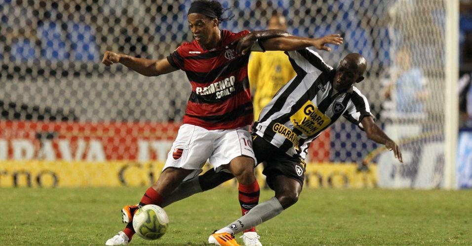 Ronaldinho Gaúcho encara a marcação no duelo entre Botafogo e Flamengo