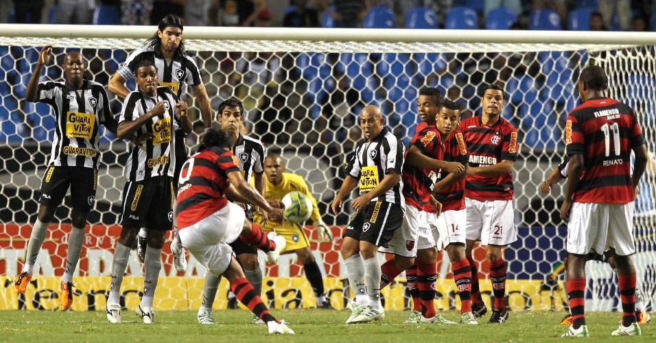 Ronaldinho Gaúcho cobra falta durante o clássico entre Botafogo e Flamengo