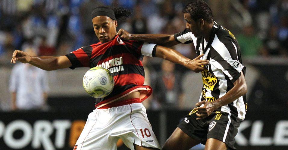 Ronaldinho Gaúcho é marcado durante o clássico entre Botafogo e Flamengo