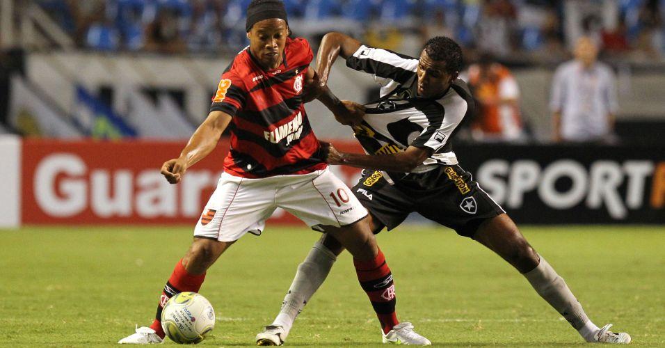 Ronaldinho Gaúcho é marcado por João Felipe durante o clássico entre Botafogo e Flamengo