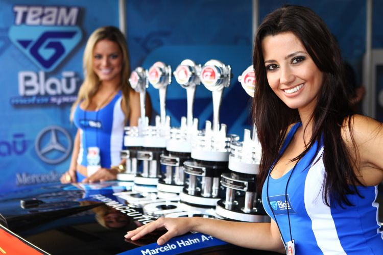Grid Girls posam para fotos com os troféus da primeira etapa da GT3 nos boxes da Blau Motorsport