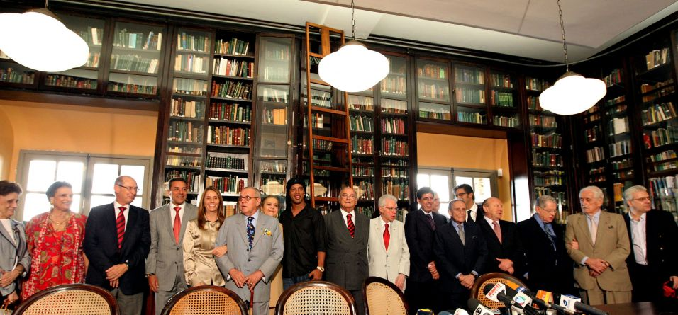 Ronaldinho, Luxemburgo e Patricia Amorim são recebidos por membros da Academia Brasileira de Letras durante dia de homenagens ao Flamengo e ao escritor José Lins do Rego