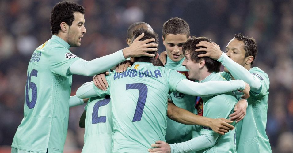Jogadores do Barcelona comemoram o gol marcado por Lionel Messi na partida contra o Shakhtar Donetsk