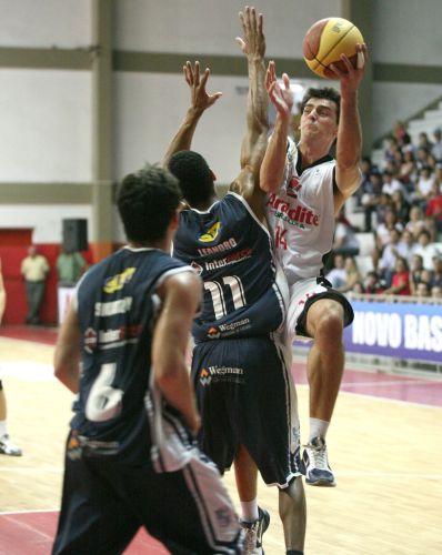Gruber encara a marcação de Leandro no duelo entre Joinville e Minas