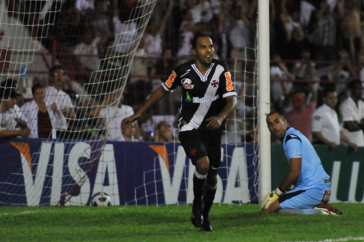 Alecsandro, do Vasco, comemora após marcar gol na partida contra o Náutico, válida pelas oitavas de final da Copa do Brasil. O time cruzmaltino venceu por 3 a 0
