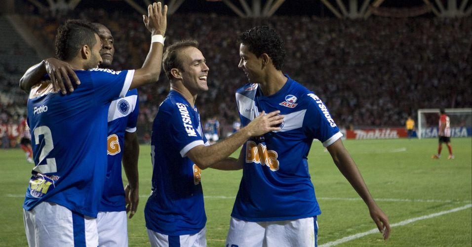 Pablo, Gilberto, Roger e Wallyson comemoram gol do Cruzeiro na vitória por 3 a 0 sobre o Estudiantes em La Plata