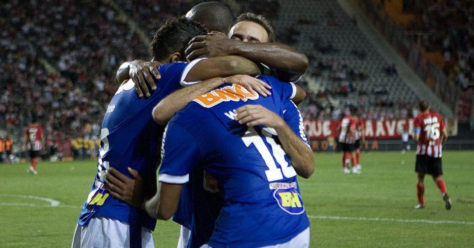 Pablo, Gilberto, Roger e Wallyson se abraçam na comemoração do gol do Cruzeiro na vitória por 3 a 0 sobre o Estudiantes em La Plata