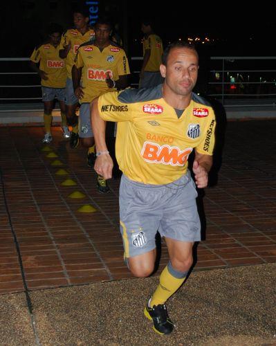 Léo faz atividade física no hotel do Santos no Paraguai, onde na quinta-feira a equipe encara o Cerro Porteño pela Libertadores