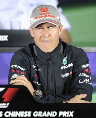 Michael Schumacher brinca durante entrevista coletiva em Xangai e faz careta para os jornalistas. Piloto da Mercedes não escondeu sua frustração com o desempenho discreto neste início de temporada, mas não espera grande evolução para o GP da China