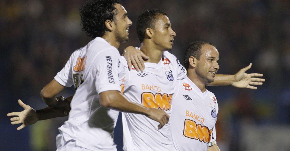 Danilo comemora com Diogo e Léo após marcar para o Santos na partida contra o Cerro Porteño em Assunção
