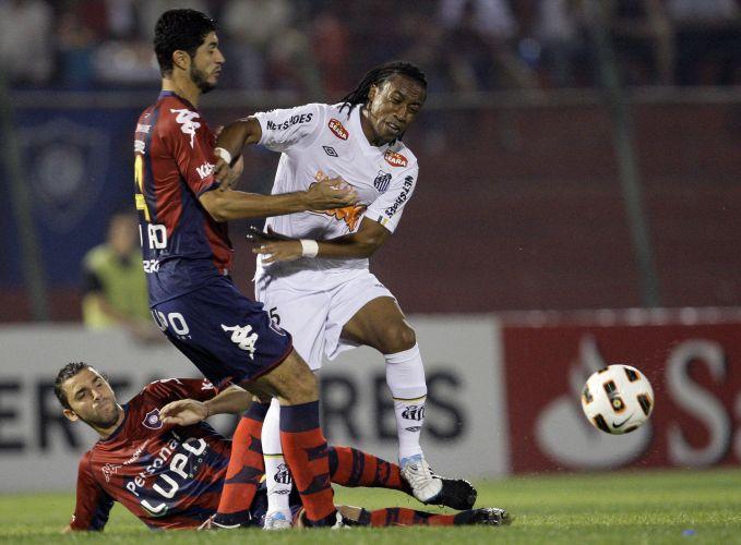 Arouca briga pela bola para o Santos com Pedro Benitez e Lautaro Formica durante a partida contra o Cerro Porteño