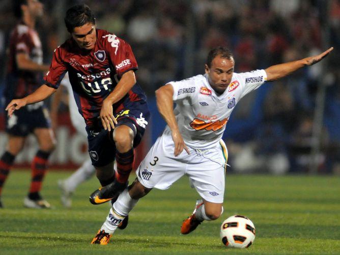Léo vai ao chão em disputa de jogada com Jorge Rojas em partida do Santos pela penúltima rodada da fase de grupos da Libertadores