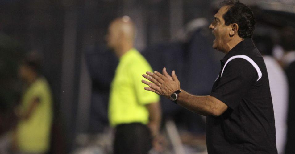 Muricy Ramalho orienta o time do Santos na vitória por 2 a 1 sobre o Cerro Porteño pela penúltima rodada da fase de grupos da Libertadores