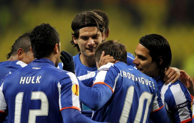 Jogadores do Porto, incluindo Hulk, que marcou um dos gols, comemoram na vitória por 5 a 2 contra o Spartak, que avançou à semi da Liga Europa