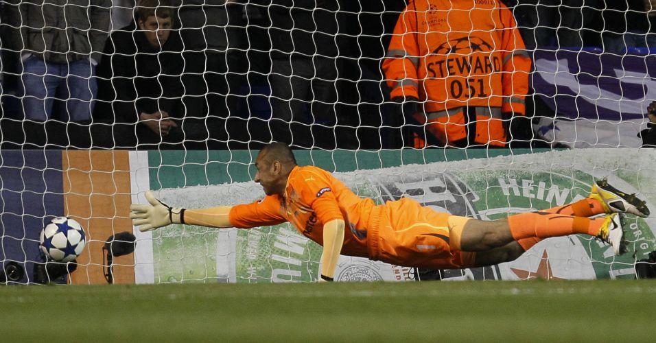 Gomes, goleiro do Tottenham, se estica, mas não evita levar um frango na derrota para o Real Madrid pelas quartas de final da Liga dos Campeões
