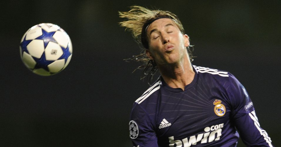 Com biquinho e tudo, espanhol Sergio Ramos cabeceia em lance contra o Tottenham pela Liga dos Campeões