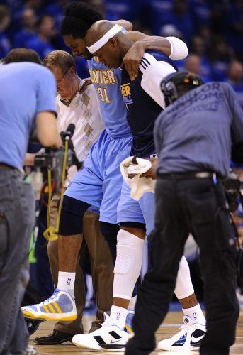 Nenê sentiu uma lesão no joelho direito após disputa de bola com Perkins no início do segundo tempo; problema, no entanto, não atrapalhou Nenê