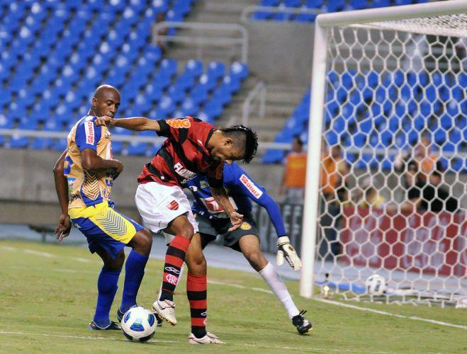 Léo Moura pisa na bola diante do goleiro Alex, do Horizonte-CE no Engenhão; Flamengo joga mal e fica no empate com o Horizonte