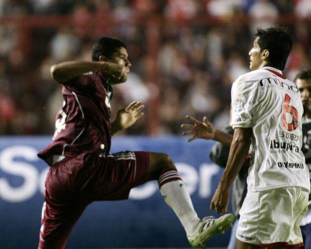 Zagueiro Gum troca socos com Escudero em briga generalizada entre os jogadores de Fluminense e Argentinos Juniors após o fim da partida