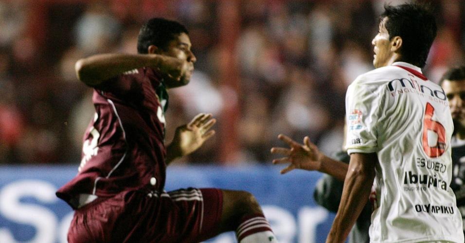 Gum (e), do Fluminense, briga com Escudero, do Argentinos Juniors, após jogo da Libertadores