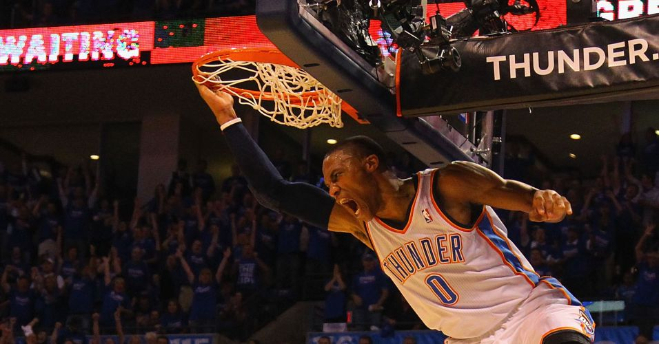 Russell Westbrook enterra durante jogo do Oklahoma Thunder contra o Denver Nuggets