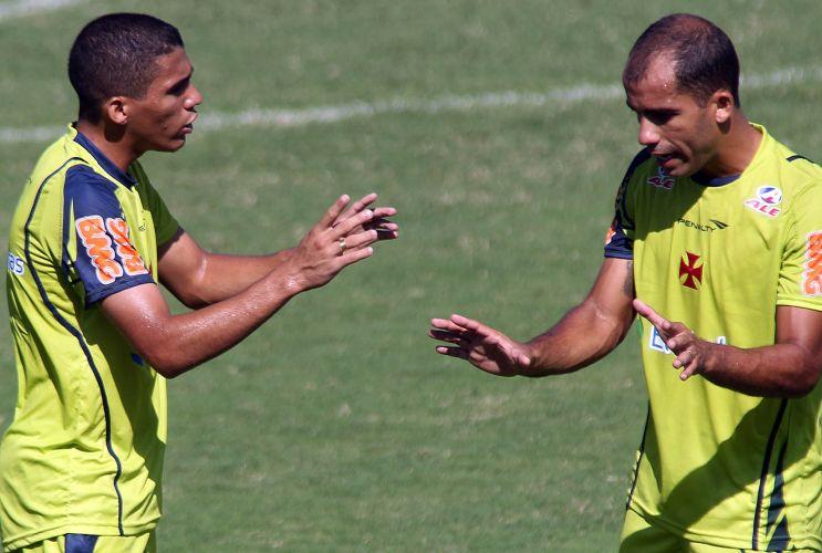 Felipe orienta seu companheiro durante o treino do Vasco nesta sexta. O meia é um dos mais elogiados pela torcida, que compareceu em peso para demonstrar apoio antes da semifinal da Taça Rio.