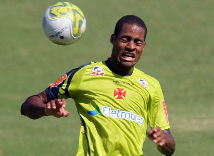 Dedé, zagueiro do Vasco, cabeceia uma bola no treino desta sexta-feira. O jogador está confirmado para o jogo contra o Olaria, neste sábado, pela semifinal da Taça Rio.