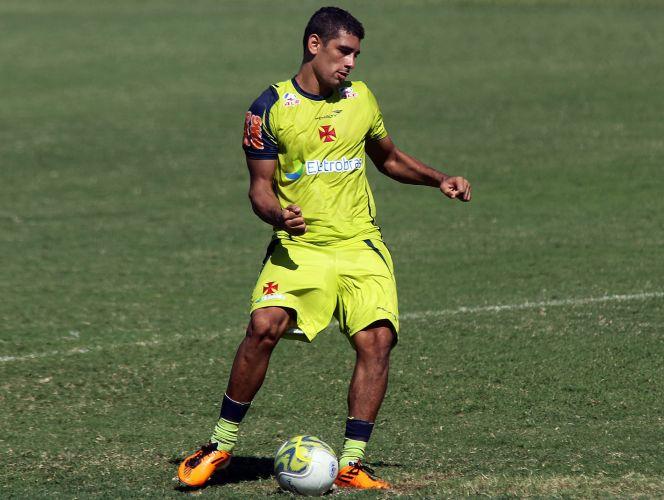 Diego Souza toca de lado em treino do Vasco nesta sexta. O trabalho cruzmaltino foi marcado pelo forte apoio dos torcedores, que compareceram em peso antes do confronto com o Olaria, pela semifinal da Taça Rio.