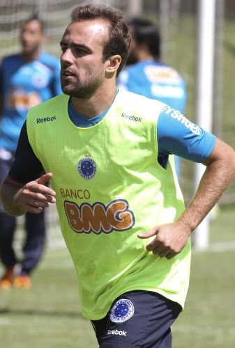 Roger corre no treino do Cruzeiro. O meia terá a companhia de Montillo na semi do Mineiro contra o América-TO. O argentino, que chegou a ser poupado de um treino por conta de uma lesão, está confirmado.